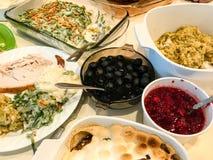 Muchas comidas de la acción de gracias listas para ser servido Foto de archivo libre de regalías