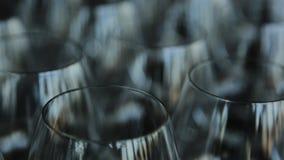 Muchas copas de vino cristalinas vacías se colocan en la tabla almacen de video