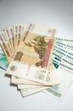 Muchas cuentas de 100 y 1000 rublos Imagen de archivo libre de regalías