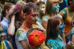 Muchas de adolescencias jovenes felices en festival del color del holi Imagen de archivo