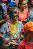 Muchas de adolescencias jovenes felices en festival del color del holi Fotografía de archivo