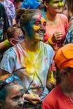 Muchas de adolescencias jovenes felices en festival del color del holi Imagenes de archivo