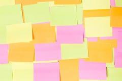 Muchas de etiquetas engomadas coloridas en la madera Fotografía de archivo