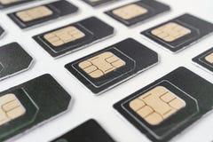 Muchas de las mismas tarjetas de SIM en las filas de la tarjeta gris en grandes números Fotografía de archivo libre de regalías