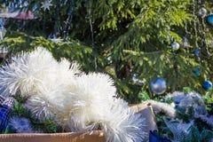 Muchas decoraciones de la Navidad en cajas Foto de archivo