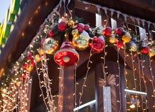 Muchas decoraciones hermosas de la Navidad Imagen de archivo libre de regalías