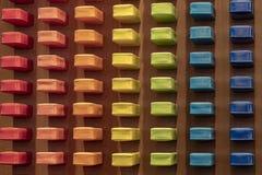 Muchas diversas cubiertas del smartphone del teléfono móvil de los colores imagenes de archivo
