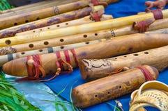 Muchas diversas flautas de madera hermosas hechas a mano Imagen de archivo