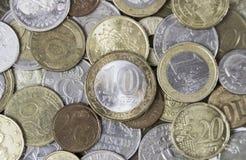 Muchas diversas monedas del metal que ponen en uno a Foto de archivo