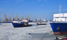 Muchas diversas naves en el puerto en el invierno Imagen de archivo libre de regalías