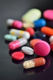 Muchas diversas píldoras en la tabla Fotografía de archivo libre de regalías