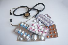 Muchas diversas píldoras y un estetoscopio foto de archivo libre de regalías