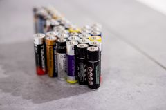 Muchas diversos baterías y acumuladores, Hemer, Alemania - 20 de mayo de 2018 Imagen de archivo
