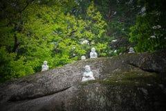 Muchas estatuas de Buda en Rocky Stone Forest Suddhist Monastery imagen de archivo