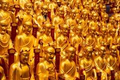Muchas estatuas del oro del Lohans en Longhua Temple en Shangai, China Templo budista famoso en China imagen de archivo libre de regalías