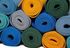 Muchas esteras de la yoga del colorfull como fondo Fotos de archivo libres de regalías