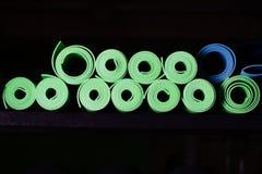 Muchas esteras de la yoga verdes y colores azules Imagenes de archivo