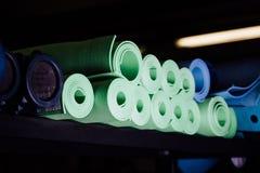 Muchas esteras de la yoga verdes y colores azules Imagen de archivo
