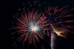 Muchas explosiones grandes del fuego artificial Fotos de archivo libres de regalías