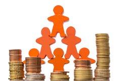 Muchas figuras de madera con las pilas grandes de monedas contra un fondo blanco como muestra de las grandes oportunidades financ imagen de archivo libre de regalías