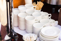 Muchas filas de las tazas de cerámica blancas del café o de té Imagen de archivo