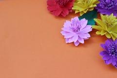 Muchas flores de papel coloridas en un fondo con un surfac liso Imagen de archivo