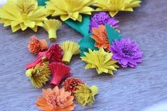 Muchas flores de papel coloridas en un fondo con un surfac liso Imágenes de archivo libres de regalías