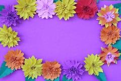 Muchas flores de papel coloridas en un fondo con un surfac liso Fotos de archivo