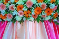 Muchas flores en el paño colorido Foto de archivo