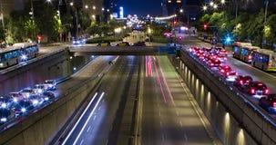 Muchas flores: pensamientos coloridos Cinemagraph de la escena de la noche del tráfico urbano Lapso de tiempo - efecto del rastro almacen de video