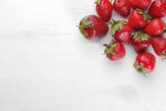 Muchas fresas rojas en un fondo blanco imagenes de archivo