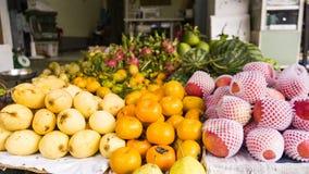 Muchas frutas y verduras exóticas en un mercado en las calles foto de archivo