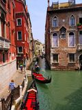Muchas góndolas en un canal estrecho en Venecia Italia Imagenes de archivo
