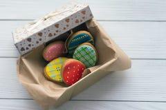 Muchas galletas de Pascua en una caja en fondo de madera gris imagen de archivo libre de regalías