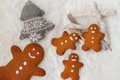 Muchas galletas del hombre de pan de jengibre en la tabla Fotos de archivo