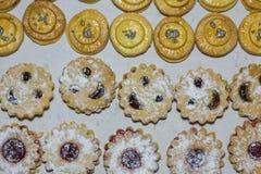 muchas galletas en la fila imágenes de archivo libres de regalías
