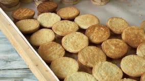 Muchas galletas redondas en la panadería metrajes