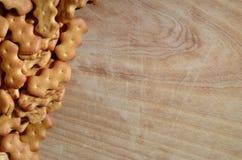 Muchas galletas saladas en una tabla de cortar con el espacio de la copia Foto de archivo