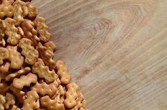 Muchas galletas saladas en una tabla de cortar con el espacio de la copia Fotos de archivo libres de regalías