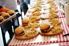 Muchas hamburguesas con los potoes liberan fotografía de archivo