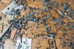 Muchas herramientas dispersadas del metal en piso de madera imagen de archivo libre de regalías