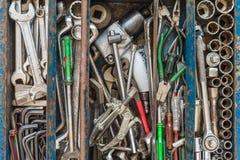 Muchas herramientas en caja de herramientas rústica de los compartimientos Machanic técnico a imágenes de archivo libres de regalías