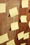 Muchas hojas de nota en fondo de madera Imágenes de archivo libres de regalías