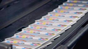 Muchas hojas del periódico en un transportador, cierre para arriba Equipo de la casa de impresión metrajes