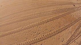 Muchas huellas en la playa almacen de metraje de vídeo