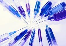 Muchas jeringuillas multicoloras, concepto médico Foto de archivo libre de regalías