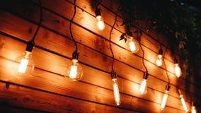 Muchas lámparas incandescentes hermosas adornan la pared del cuarto ?l ` s muy hermoso almacen de metraje de vídeo