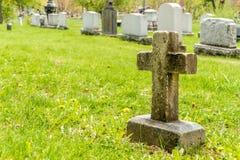 Muchas lápidas mortuorias en un cementerio Imagen de archivo libre de regalías