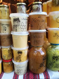 Muchas latas de miel en el contador en la feria en Lviv Fotografía de archivo