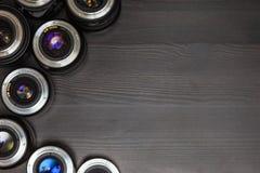 Muchas lentes costosas de la foto con la reflexión colorida como fondo Fotos de archivo libres de regalías